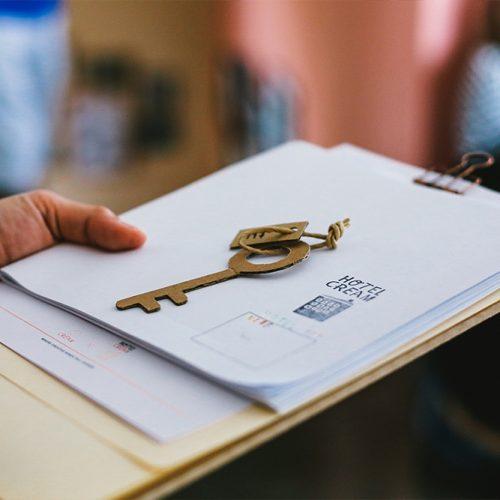 หลังเช็กอิน ได้รับกุญแจกระดาษและสมุดภารกิจ